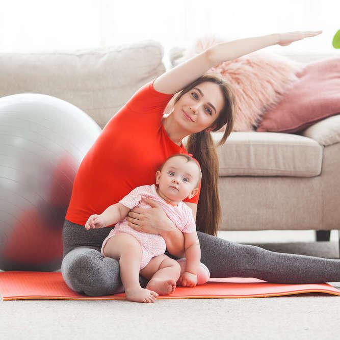 gym maman bébé avec ballon